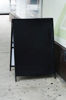 Modelo de outdoor permanente na frente da loja