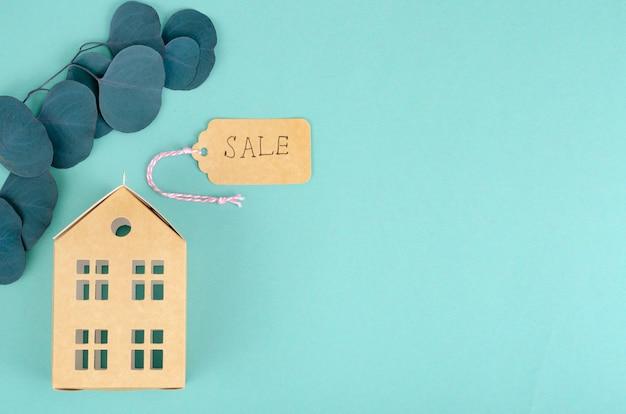 Modelo de papel de edifício residencial com etiqueta de venda
