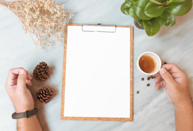 Modelo de papel do menu com o copo de café no restaurante para o texto da lista do projeto da entrada.