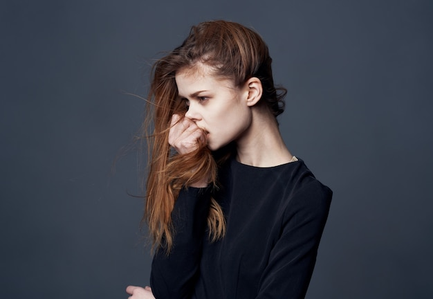 Modelo de penteado de estilo elegante de mulher bonita vista recortada. foto de alta qualidade