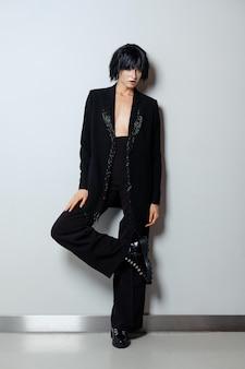 Modelo de peruca preta, terninho com franja frisada e doots ásperas com laço