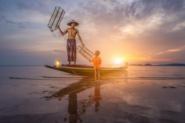 Modelo de pescador de manhã com uma bela vista do mar
