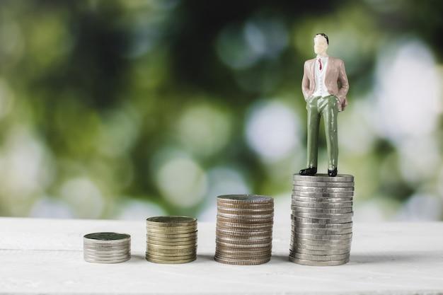 Modelo de pessoas de negócios com moedas de dinheiro