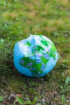 Modelo de planeta soprado na grama