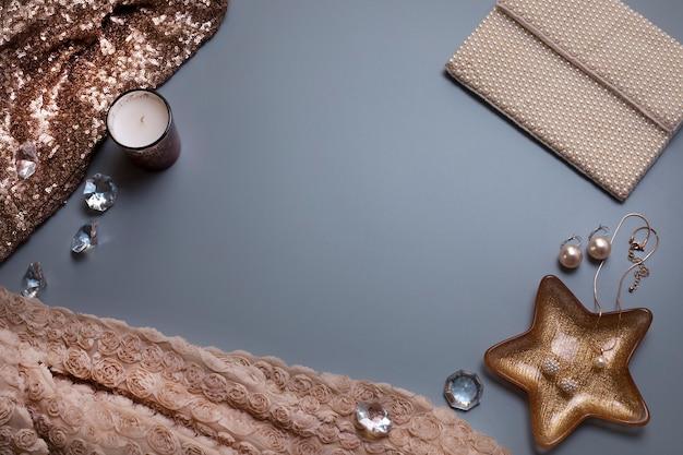 Modelo de plano de fundo elegante para seu texto joias e outros acessórios em fundo cinza
