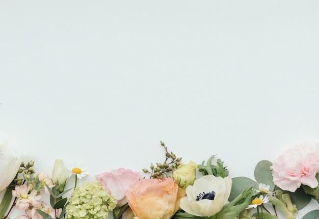 Modelo de plano de fundo padrão de flores frescas em branco