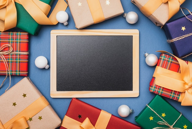 Modelo de quadro-negro com presentes de natal
