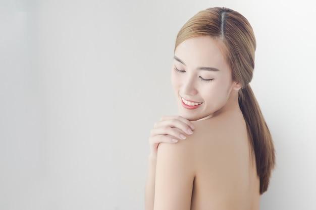 Modelo de retrato de beleza. menina asiática bonita dos termas. rosto de mulher sexy e pele perfeita
