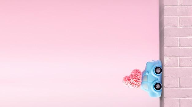 Modelo de rosa do dia dos namorados, plano de fundo. coração de entrega de carro na parede de tijolos verticais