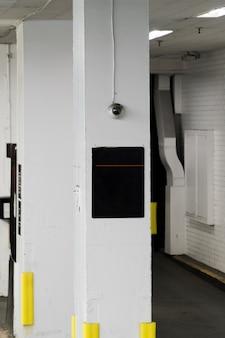 Modelo de sinal no pilar na garagem