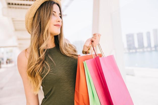 Modelo de smiley com sacolas de compras
