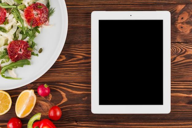 Modelo de tablet plana leigos com comida mexicana