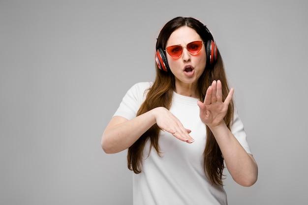 Modelo de tamanho grande em fones de ouvido