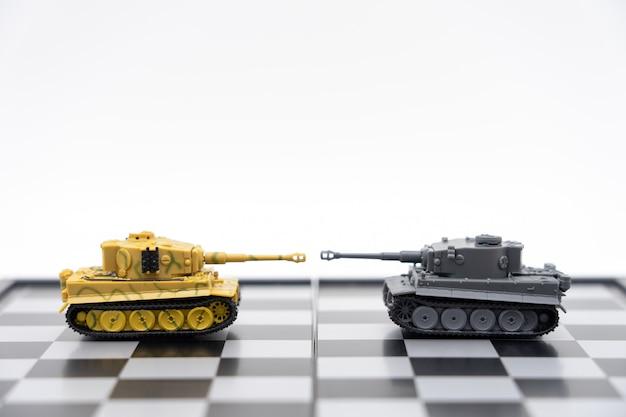 Modelo de tanque nas costas negociando nos negócios