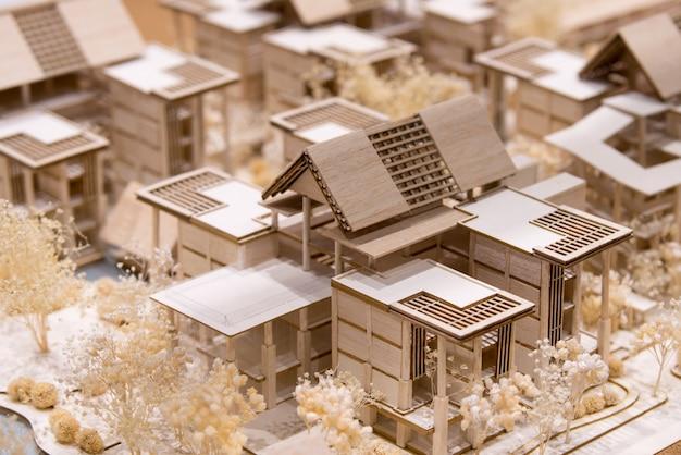 Modelo de telhado de arquitetura em papel com fundo desfocado
