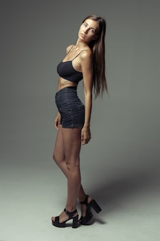 Modelo de testes de jovem menina bonita sobre cinza