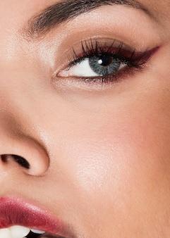 Modelo de tiro extremo close-up usando maquiagem elegante