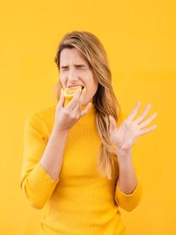 Modelo de tiro médio comendo frutas