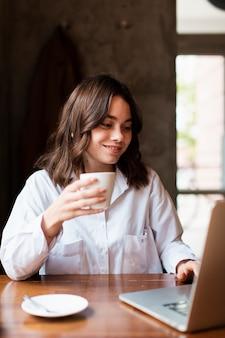 Modelo de trabalho do dono de loja de café