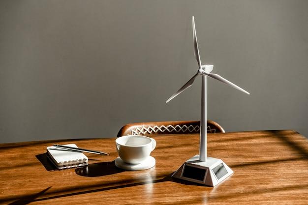 Modelo de turbina eólica solar em uma mesa de madeira