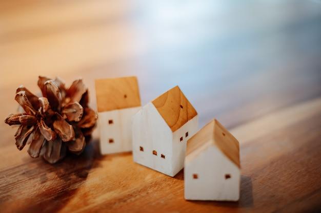 Modelo de uma casa de madeira arranjada com pinhas