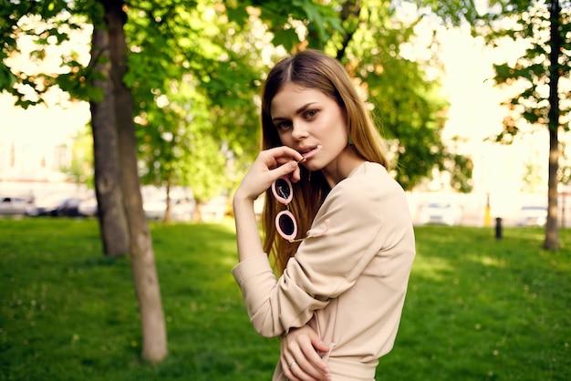 Modelo de verão da moda mulher bonita caminhada ao ar livre. foto de alta qualidade
