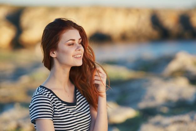 Modelo de viagem camiseta listrada montanhas paisagem cabelo ruivo