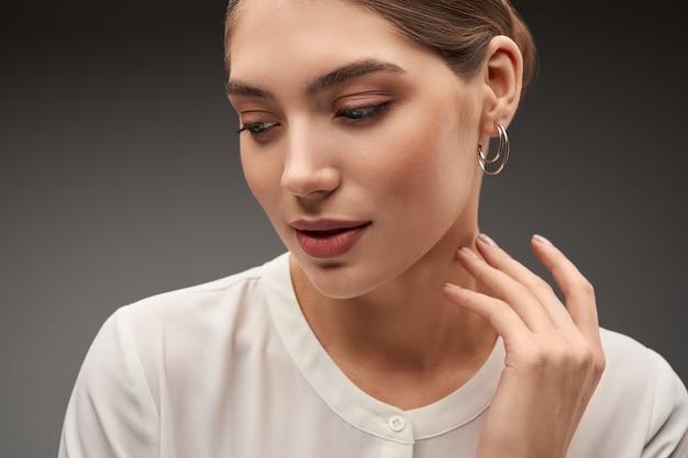 Modelo demonstrando brincos de prata
