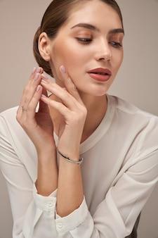 Modelo demonstrando pulseira isolada em cinza