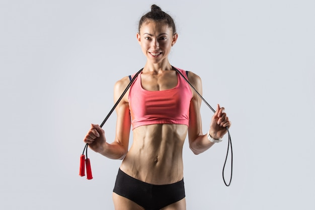 Modelo desportivo com corda de salto. retrato de estúdio