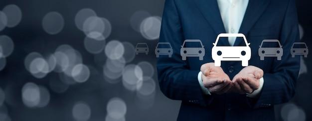 Modelo do carro da mão do homem na tela
