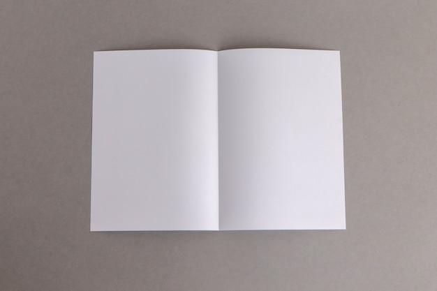 Modelo dobrar papel branco no conceito bussnese fundo cinza