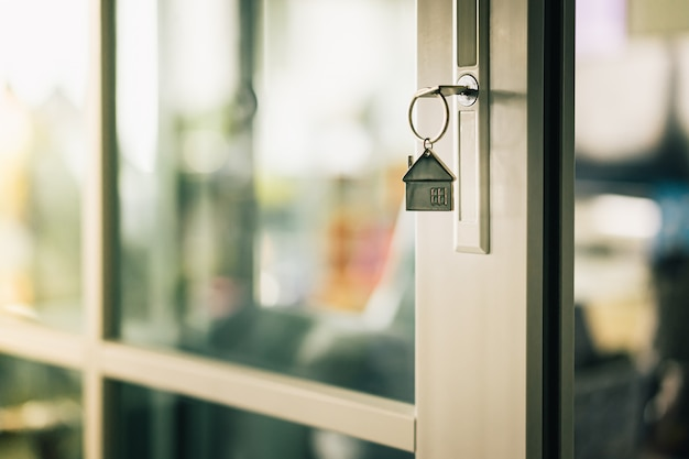 Modelo e chave da casa na porta da casa.