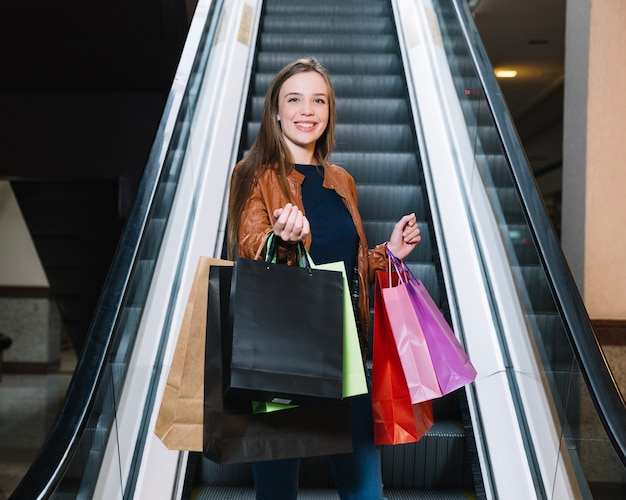 Modelo elegante chamado no shopping