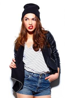 Modelo elegante feliz sorridente mulher jovem e bonita glamour com lábios vermelhos em pano casual no gorro preto