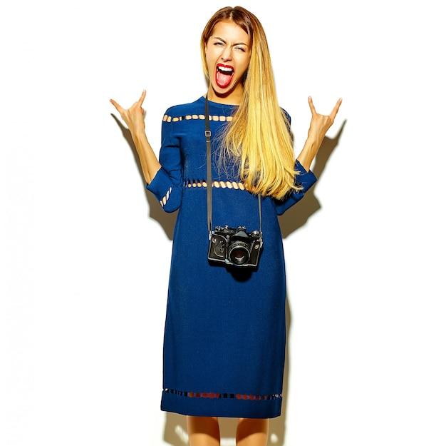 Modelo elegante jovem glamour no verão vestido azul brilhante