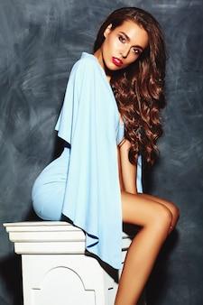 Modelo elegante mulher bonita com lábios vermelhos no verão azul brilhante colorido hipster vestido
