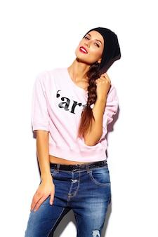 Modelo elegante mulher jovem e bonita glamour com lábios vermelhos em pano hipster de camisola rosa
