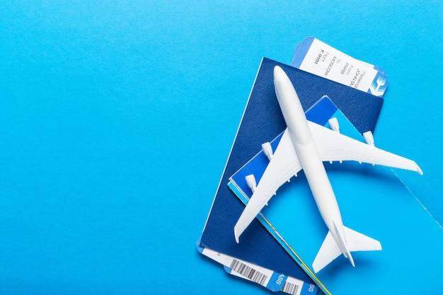 Modelo em branco branco do avião de passageiros