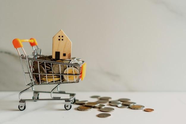 Modelo em casa no modelo de mini carrinho cheio de dinheiro de moedas com copyspace.