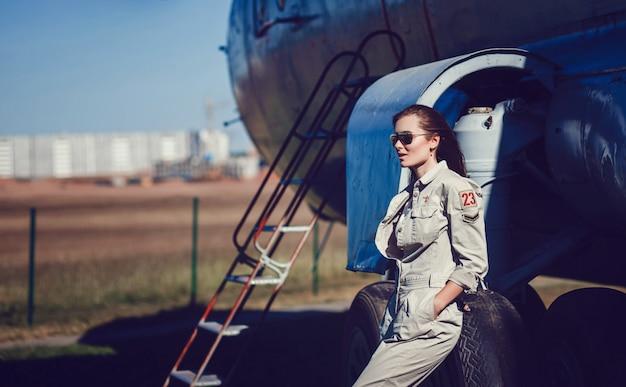 Modelo em óculos de sol aviador