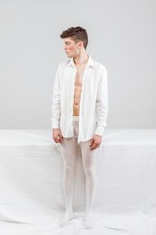 Modelo em pé branco e olhando para longe