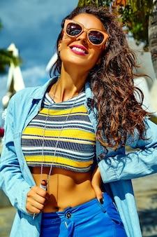 Modelo em roupas de verão hipster posando na rua