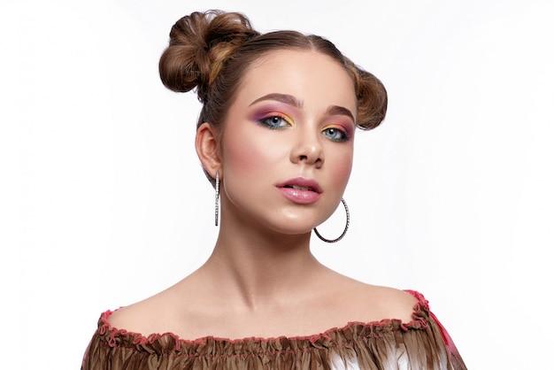 Modelo encantador com maquiagem de arte da moda em fundo branco