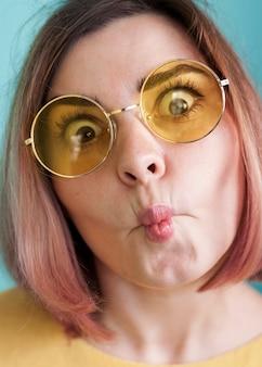 Modelo engraçado fazendo expressão de rosto de peixe