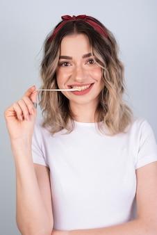 Modelo feliz com goma de mascar
