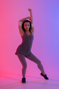 Modelo feminina praticando zumba