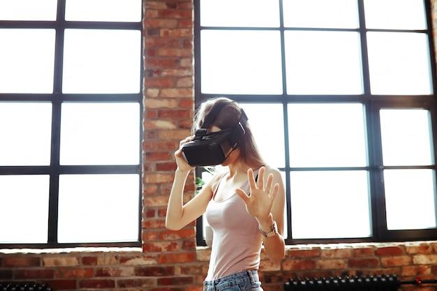 Modelo feminino, assistindo a vídeos em óculos de realidade virtual