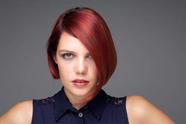 Modelo feminino com cabelo vermelho curto
