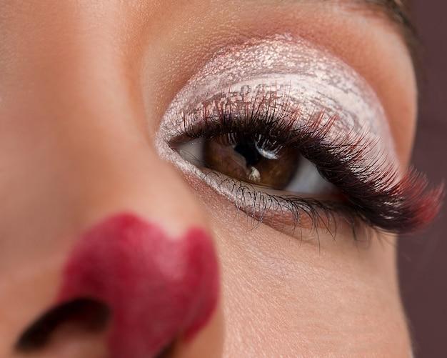 Modelo feminino com maquiagem de animação